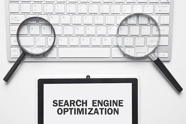 SEO significa Search Engine Optimization, que es la práctica de aumentar la cantidad y la calidad del tráfico a su sitio web a través de los resultados orgánicos de los motores de búsqueda.