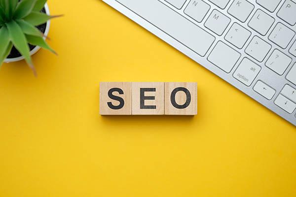 Como estrategia de marketing en Internet, el SEO tiene en cuenta el funcionamiento de los motores de búsqueda, los algoritmos que dictan el comportamiento de los mismos